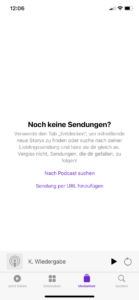"""Wenn ihr die App installiert habt, dann öffnet sie. Dann seht ihr hoffentlich eure bereits abonnierten Podcasts oder eben eine leere Podcast App.  Unter Mediathek findet ihr die Option """"Sendung per URL hinzufügen"""". Klickt auf diesen Link und nun erscheint folgendes kleines Pop-up (siehe nächstes Bild)."""